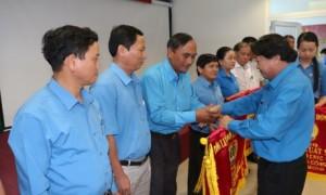 Ông Phan Mạnh Hùng - Chủ tịch Công đoàn CSVN trao cờ thi đua xuất sắc cho các đơn vị có thành tích trong phong trào thi đua lao động giỏi năm 2019