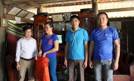 Công đoàn Công ty CP Cao su Lai Châu II thăm động viên, tặng quà công nhân Nông trường Nậm Na.