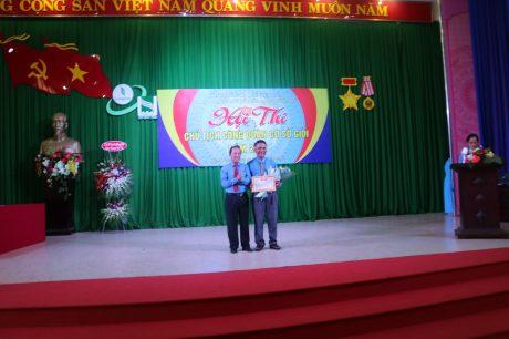 Anh Nguyễn Văn Tiến - Chủ tịch Công đoàn NT Tân Thành (bên phải) đã xuất sắc giành giải nhất hội thi