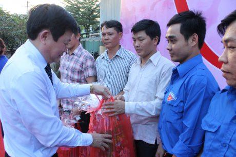 TGĐ VRG Huỳnh Văn Bảo trao quà cho công nhân