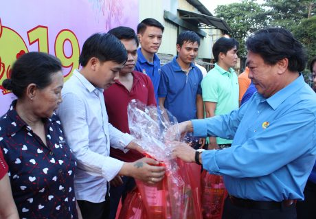 Chủ tịch CĐ CSVN Phan Mạnh Hùng trao quà cho công nhân