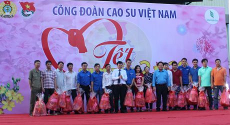 Lãnh đạo VRG và Công đoàn CSVN trao quà cho công nhân