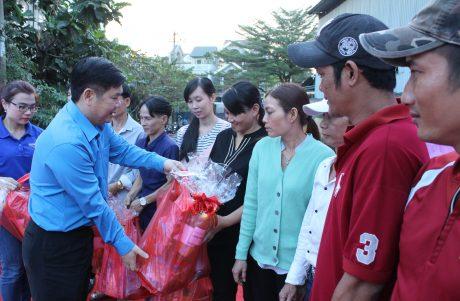 Phó Chủ tịch CĐ CSVN Võ Việt Tài trao quà