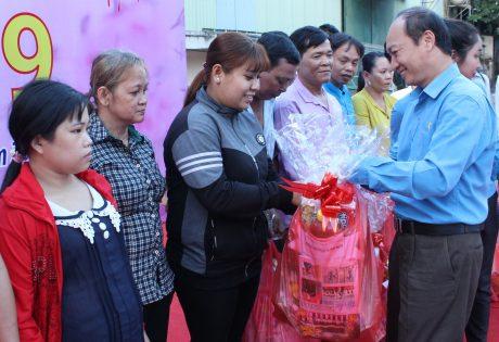 Phó Chủ tịch thường trực CĐCSVN Phan Tấn Hải trao quà cho công nhân