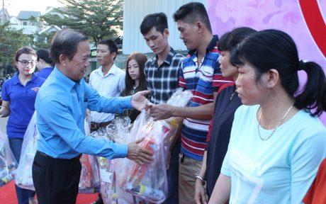 Ông Võ Việt Ngân - Phó Chủ tịch CĐCSVN trao quà