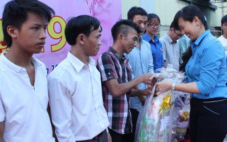 Bà Trương Thị Huế Minh - Phó Chủ tịch CĐ CSVN trao quà