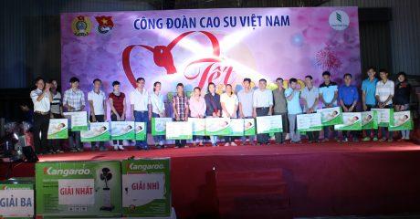 Công nhân nhận quà chương trình bốc thăm trúng thưởng là sản phẩm gối cao su Dorufoam
