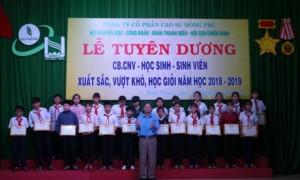 Ông Đặng Văn Lệ - Chủ tịch Công đoàn công ty trao thưởng cho các em học sinh