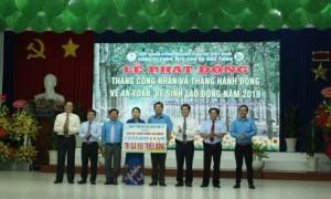 Lãnh đạo CĐ CSVN và công ty trao tặng biểu trưng 5.702 vỏ xe cho công nhân