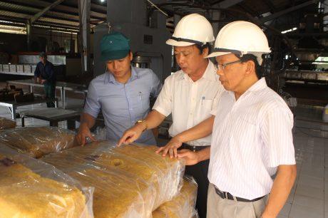 Lãnh đạo công ty kiểm tra chất lượng sản phẩm tại xí nghiệp chế biến. Ảnh: Phan Thắng