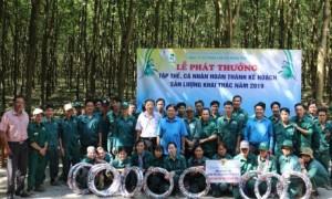 Lãnh đạo Công đoàn Cao su VN và Công đoàn công ty tặng quà cho công nhân.