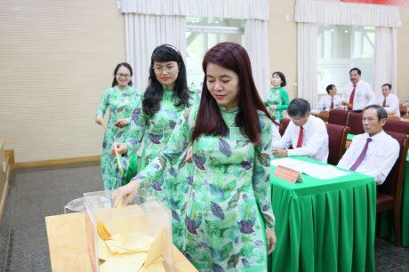 Đại biểu bỏ phiếu bầu tại đại hội