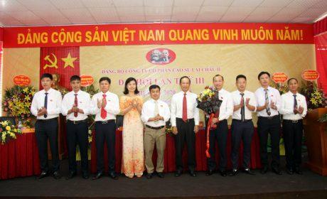 Đồng chí Trần Ngọc Thuận - Bí thư Đảng ủy, Chủ tịch HĐQT VRG tặng hoa chúc mừng BCH Đảng bộ công ty nhiệm kỳ 2020 - 2025.