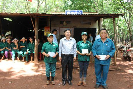 Phó Tổng Giám đốc Công ty Hà Huệ Hải (thứ 4 từ trái qua)trao thưởng cho tập thể, cá nhân xuất sắc của Nông trường Cao su Xa Cam
