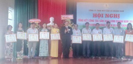Ông Lê Thanh Tú - Phó TGĐ VRG tặng bằng khen cho các cá nhân