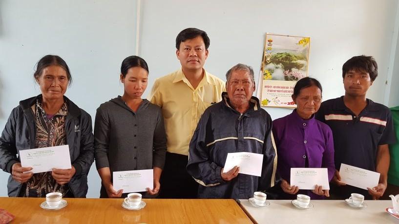 Lãnh đạo Công đoàn Công ty tặng quà cho các gia đình chính sách ở huyện Chư Pah