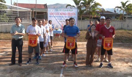 Lãnh đạo Công ty CS Chư Pah tặng cờ lưu niệm cho các đội tham gia giao lưu