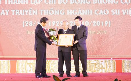 Lãnh đạo VRG tặng Bằng khen và hoa chúc mừng cho nhạc sĩ Phạm Minh Tuấn., tác giả bài hát truyền thống ngành cao su