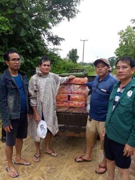 Nông trường Bachiang II đi hỗ trợ tại bản Nake