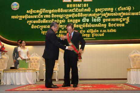 Ngài Yim Chhay Ly Phó Thủ tướng Chính phủ Vương quốc Campuchia trao huân chương cao quý cho ông Trần Ngọc Thuận - Chủ tịch HĐQT VRG. Ảnh Vũ Phong