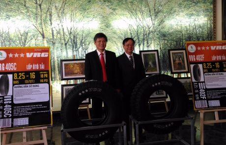Phó TGĐ VRG Trần Công Kha và ông Trần Minh – Trưởng Ban Công nghiệp VRG (bên phải) tại lễ ra mắt sản phẩm vỏ xe  ★★★VRG. Ảnh: Phú Vinh