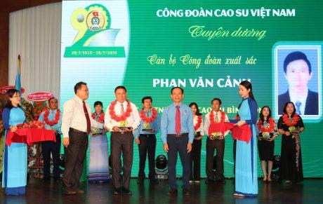 Anh Phan Văn Cảnh được tuyên dương cán bộ CĐ xuất sắc tại Lễ kỷ niệm 90 năm thành lập CĐVN.