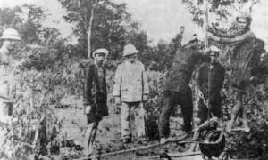 Phu cao su làm việc dưới sự giám sát của người Pháp.