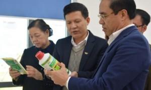 Đồng chí Chẩu Văn Lâm - UV TƯ Đảng, Bí thư Tỉnh ủy Tuyên Quang tìm hiểu các chế phẩm vi sinh của Tập đoàn Quế Lâm.