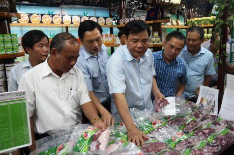 Bộ trưởng NN&PTNT Nguyễn Xuân Cường thăm siêu thị hữu cơ của Quế Lâm tại TP. Huế.