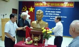 Công đoàn Cao su VN đón nhận bức tượng của đ/c Trần Tử Bình do Hội Khoa học Lịch sử VN và gia đình đ/c Trần Tử Bình trao tặng, vào năm 2010. Ảnh: Bình Nguyên