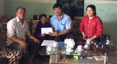 Tặng quà cho mẹ Việt Nam anh Hùng Lưu Thị Sinh