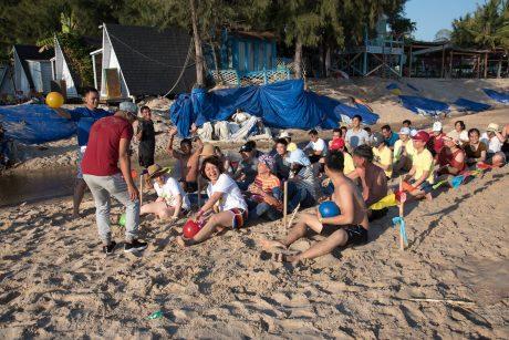 CNVC-LĐ TCT Cao su Đồng Nai tham gia một trò chơi vận động tại bãi biển Bình Thuận.