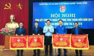 Đ/c Lê Quốc Phong – UV dự khuyết TW Đảng, Bí thư thứ nhất TW Đoàn trao Cờ xuất sắc của BCH TW Đoàn cho đ/c Thái Bảo Tri – UV BCH TW Đoàn, Bí thư ĐTN VRG (bên phải).