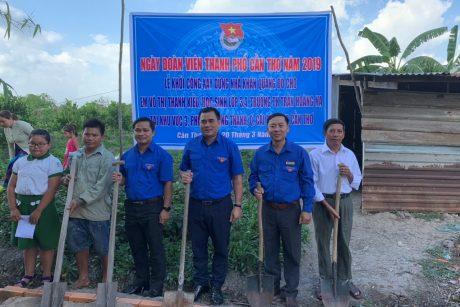 """Đ/c Thái Bảo Tri – Bí thư ĐTN VRG (thứ ba từ trái sang) tham gia khởi công xây dựng """"Nhà Khăn quàng Đỏ""""."""