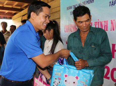 Đ/c Thái Bảo Tri – UV BCH TW Đoàn, Bí thư ĐTN VRG, Chủ tịch Hội LHTN VN VRG trao quà cho công nhân tại Campuchia.