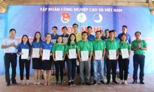 Các  cán bộ Đoàn nhận giấy chứng nhận tham gia tập huấn.