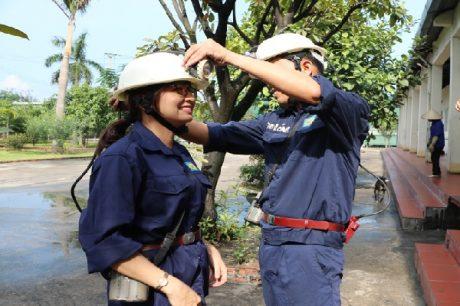 Chị Nguyễn Thị Thanh Thúy - Bí thư Đoàn Thanh niên Cao su Đồng Nai chuẩn bị xuống hầm mỏ.