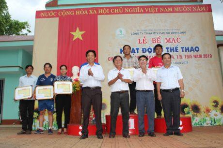 Ban Tổ chức trao giải cho đại diện các tập thể