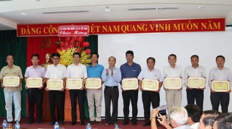 Phó Chủ tịch thường trực CĐ CSVN Phan Tấn Hải trao thưởng cho các tác giả có bài viết chất lượng cao trên Bản tin CĐ CSVN. Ảnh: Tuấn Tú
