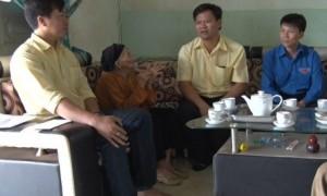 Thăm và tặng quà cho mẹ VN anh hùng Lưu Thị Sinh