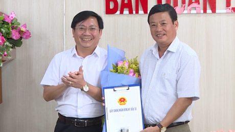 Trưởng ban quản lý khu kinh tế tỉnh trao quyết định đầu tư của Thủ Tướng cho Tổng GĐ Công ty TNHH MTV cao su Chư Sê
