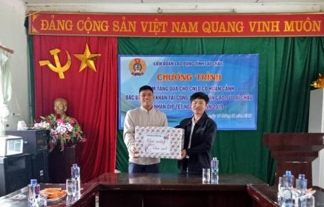 Ông Hoàng Văn Trinh tặng quà cho Nông trường Nậm Tâm.