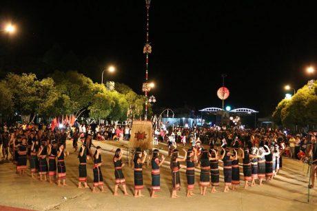Ông Nguyễn Thanh Tâm – Chủ tịch Hội nhiếp ảnh TP.HCM, Chánh chủ khảo cuộc thi, ký xác nhận tác phẩm đạt giải