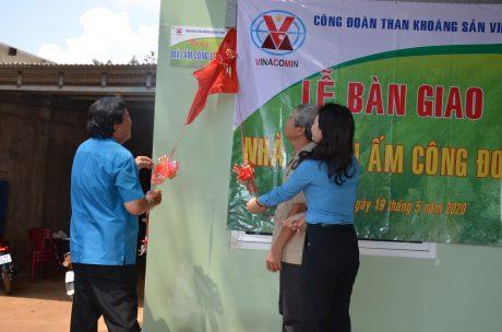 Ông Phan Mạnh Hùng - Chủ tịch Công đoàn CSVN và bà Nguyễn Thị Minh - Phó Chủ tịch Công đoàn TKV thực hiện nghi thức trao nhà Mái ấm Công đoàn cho anh Hà Văn Đỉnh