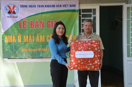 Bà Nguyễn Thị Minh - Phó Chủ tịch Công đoàn TKV tặng quà cho công nhân