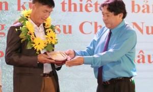 Ông Phan Mạnh Hùng – Chủ tịch Công đoàn CSVN trao thưởng tại Lễ tuyên dương CNVC-LĐ tiêu biểu, xuất sắc các đơn vị miền núi phía Bắc, ngày 25/12/2018.