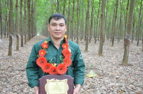 Anh Phạm Ngọc Thái nhận danh hiệu Công nhân cao su ưu tú tại Nông trường Thuận Đức.