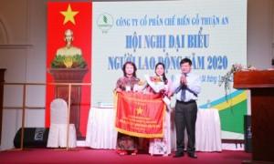 Ông Huỳnh Văn Bảo - TGĐ VRG tặng cờ thi đua của Chính phủ cho công ty