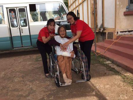 -Bà Nguyễn Thị Phương Anh - Phó Chủ tịch Hội CTĐ tỉnh Đồng Nai (bên trái) trao quà cho CN hưu trí neo đơn tại NT Bình Lộc.