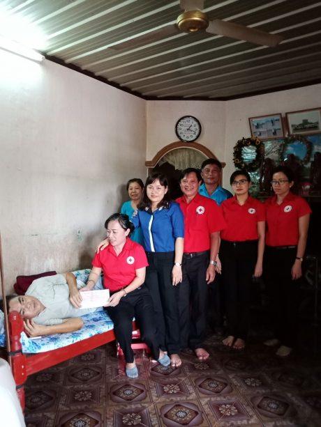 -Bà Tống Thị Thanh Trúc - Phó Chủ tịch Hội CTĐ TCT Cao su Đồng Nai cùng CB Hội đến thăm trao 5 triệu đồng cho hội viên Nguyễn Văn Đông - NT Bình Lộc.